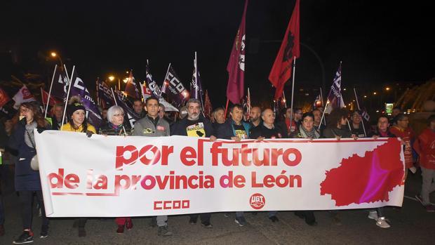 Cabeza de la multitudinaria manifestación, anoche, en León