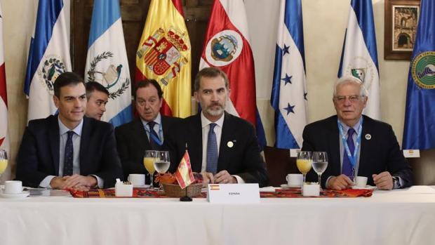 Sánchez elogia al Rey en Antigua: «Es un orgullo para España y para mí como presidente»