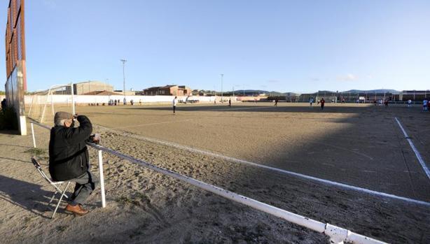 El CD Urda es el único equipo en Preferente que aún juega en tierra. Lo hará hasta diciembre, cuando empiecen a poner el césped artificial