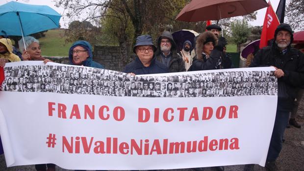 Diversas agrupaciones como el Foro por la Memoria y el Foro Social de la Sierra reivindican la retirada de las tumbas de Francisco Franco y José Antonio Primo de Rivera del Valle de los Caídos