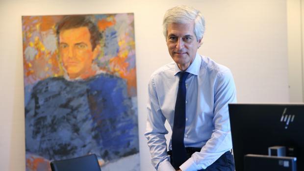 Adolfo Suárez Illana, en su despacho en la sede del PP junto a un retrato de su padre