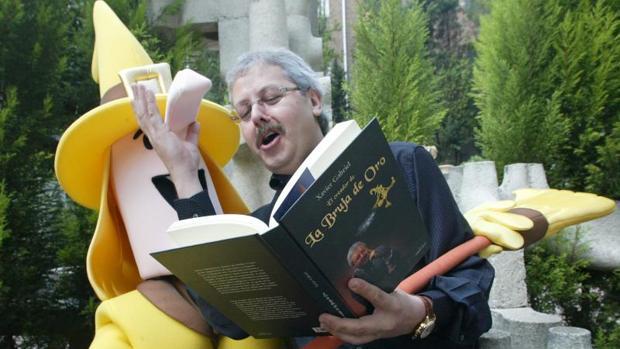 """Gabriel, hace unos años leyendo un libro a una de sus """"brujas de oro"""""""