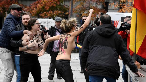 Momento en el que las integrantes de Femen irrumpieron en el acto de Falange