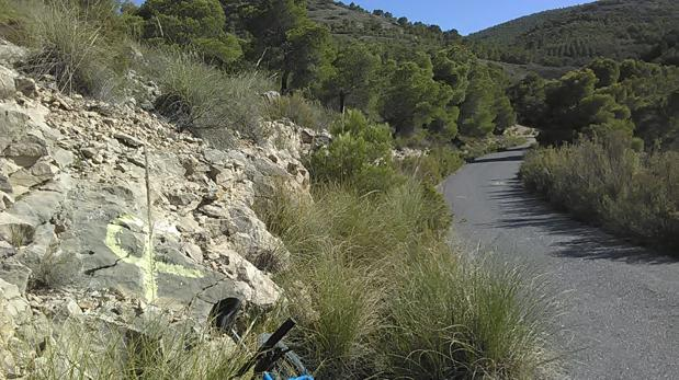 Lazo amarillo pintado sobre la roca en un acceso a la Sierra del Cid, en Petrer (Alicante)