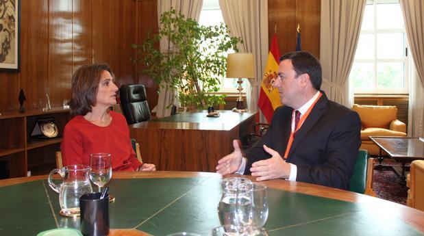 La ministra Teresa Ribera y el alcalde de AS Pontes, Valentín González Formoso