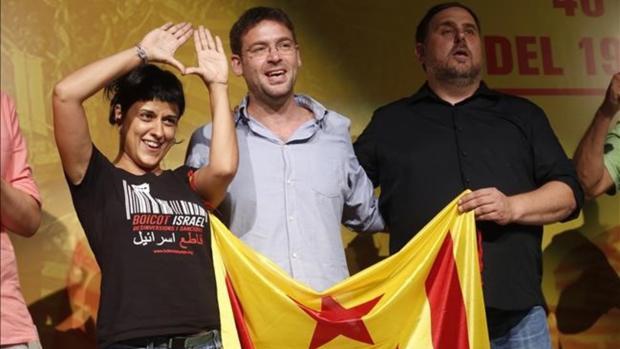 Oriol Junqueras con una estelada con antiguos dirigentes de la CUP y Podemos