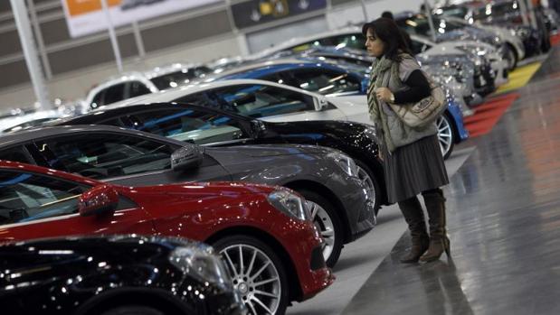 Una visitante de la Feria del Automóvil de Valencia, en una edición pasada