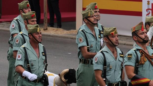 Los legionarios con la cabra en el último desfile del día de la Fiesta Nacional, el 12 de octubre