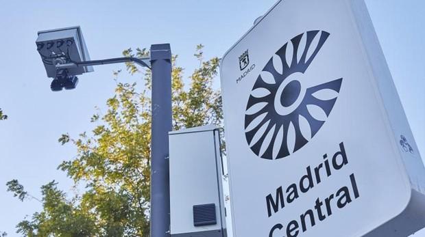 Una de las señales verticales y las cámaras que señalan el acceso a Madrid Central