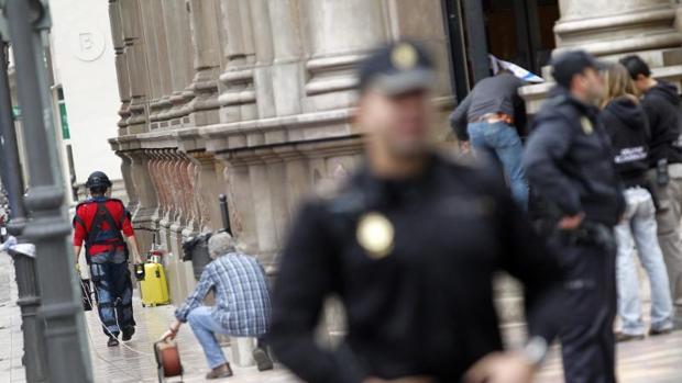 Efectivos de la Policia Nacional en una calle de Valencia