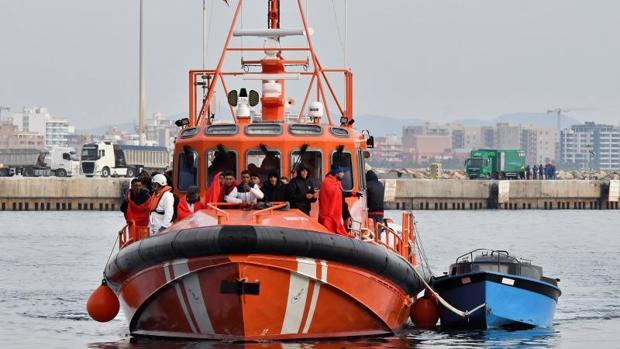 Traslado de 28 inmigrantes rescatados en aguas de Almería
