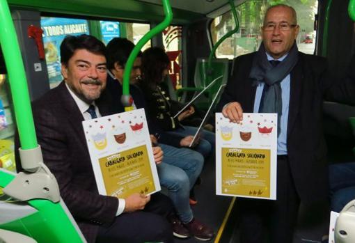 El alcalde en el bus navideño junto al concejal de Transportes, José Ramón González