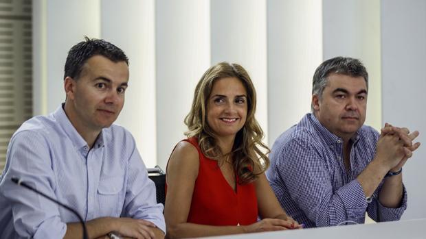 -Héctor Gómez,Susana Sumelzo y Santos Cerdán,i-d., durante la reunión de la nueva Ejecutiva Federal del PSOE en 2017