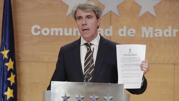 El presidente regional Ángel Garrido muestra el recurso interpuesto contra Madrid Central