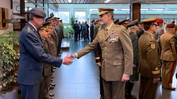 Don Felipe saluda al personal del cuartel general de la OTAN en Mons (Bélgica)