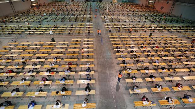 Opositores realizan un examen en el recinto ferial de Silleda (Pontevedra)