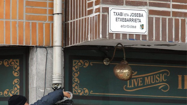 Una placa de una calle del municipio de Lejona, en honor a los etarras Txabi y Joseba Etxebarrieta, hermanos