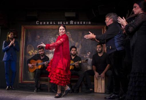 Los artistas del Corral de la Morería, ayer, sobre el tablao