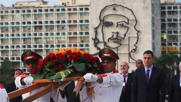 Pedro Sánchez en la ofrenda floral a José Martí en la plaza de la Revolución