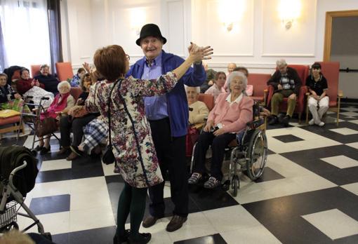 Juan Ángel se lanzó a bailar con Margarita, de la tienda Lobato