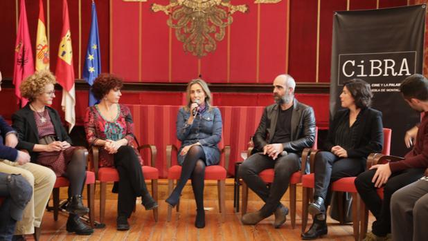 Tolón (centro) modera la charcha con la presencia de Icíar Bollaín y Luis Tosar