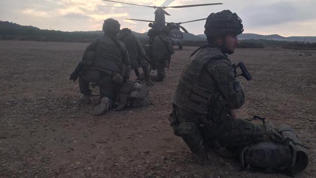 """Efectivos de La Legión esperan a ser transportados por un helicóptero Chinook en el ejercicio """"Quick Lion 18"""