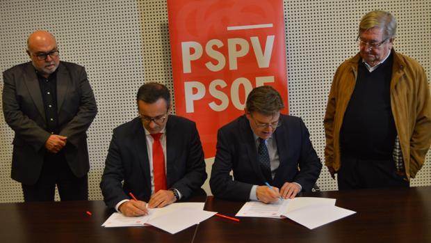 Conesa y Puig firmando el manifiesto en defensa del Tajo-Segura