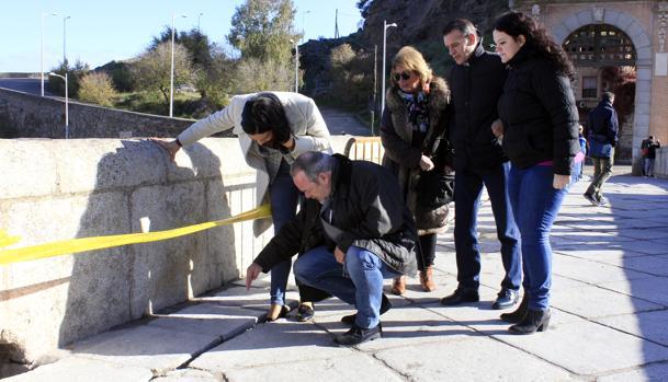Concejales del PP visitaron este lunes las obras del cableado llevadas a cabo en el Puente de Alcántara