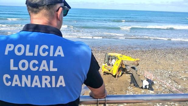 Retiran en la Playa de Las Canteras una tubería de amianto que ha surgido tras las lluvias de noviembre