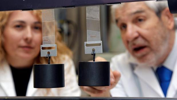 José Miguel Martín, director del Laboratorio de Adhesión y Adhesivos de la Universidad de Alicante, y la investigadora del mismo departamento, Mónica Fuensanta