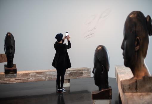 Una visitante fotografía la instalación de «Silence»