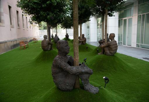 Esculturas de Plensa instaladas en el patio del Macba