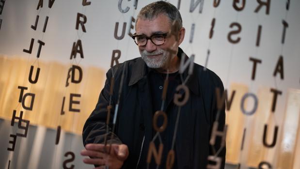 Jaume Plensa, junto a una de sus instalaciones expuestas en el Macba