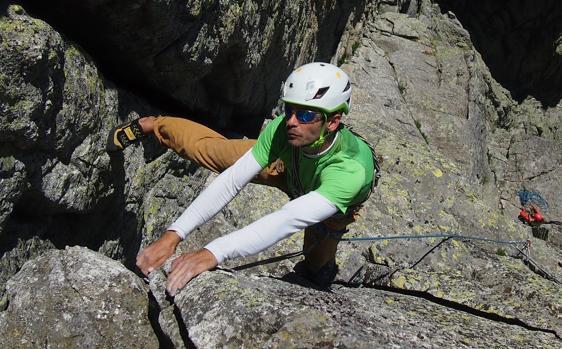 El guía titulado y profesor toledano Daniel Alonso Castilla escalando