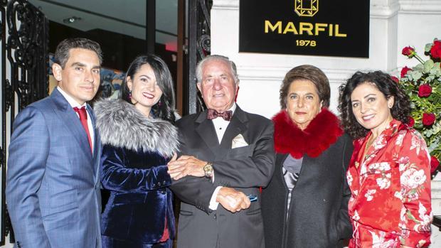 Manuel Marfil y Mª José Tallada, en el centro, con sus hijos Héctor, Paloma y Begoña Marfil
