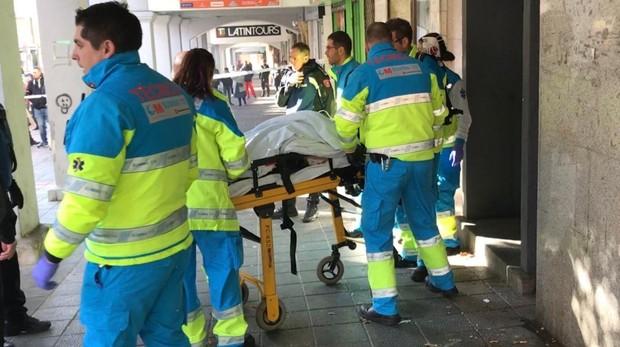 Operarios del Summa trasladan a la víctima al hospital Gregorio Marañón