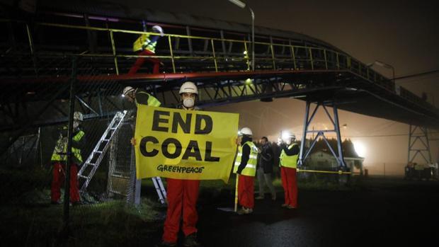 Activistas de Greenpeace tras el asalto a la central de Meirama