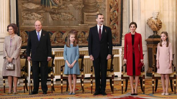 La Familia Real, al completo en el Palacio Real, el pasado enero, cuando Don Felipe impuso el Toisón a la Princesa de Asturias