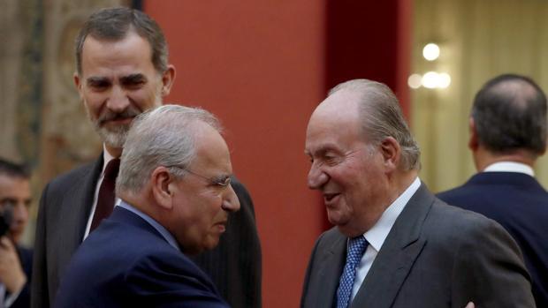 El rey Juan Carlos conversa con el miembro del Consejo Asesor de las Cortes Generales Alfonso Guerra