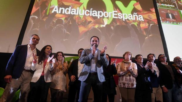 El presidente de Vox, Santiago Abascal, aplaude a los militantes y simpatizantes de su partido