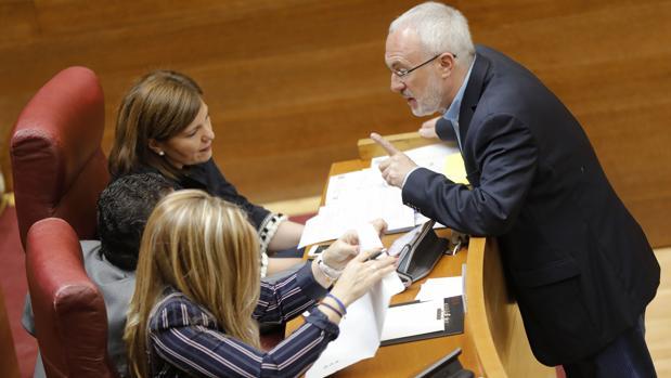 El diputado de Podemos Antonio Montiel, junto a las portavoces del PP Isabel Bonig y Eva Ortiz