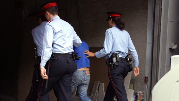 Agentes de los Mossos con un detenido en una imagen de archivo