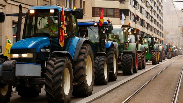 Los tractores, en su recorrido por el centro de Zaragoza