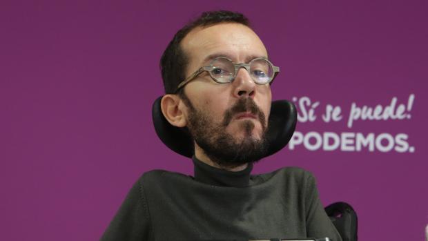 EL secretario de Organización de Podemos, Pablo Echenique, en la rueda de prensa, el lunes