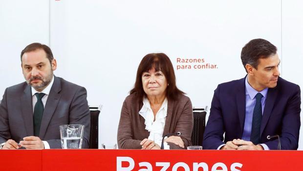 Cristina Narbona, entre el ministro José Luis Ábalos y el presidente del Gobierno, Pedro Sánchez