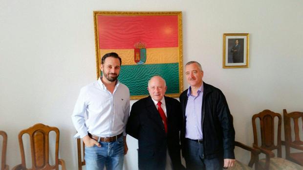 El alcalde de Cardeuñuela Riopico (Segovia), entre Santiago Abascal y Ortega Lara