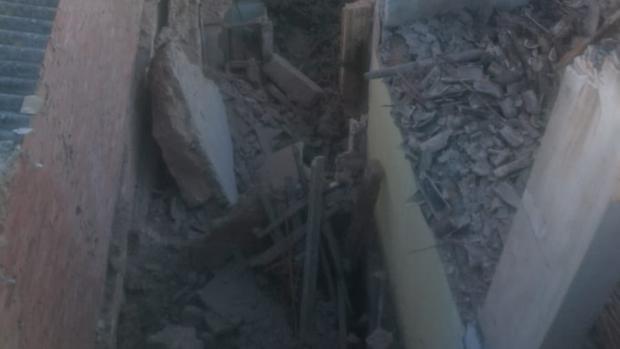 Tejado y muros desplomados por el derrumbe