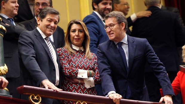 Núñez Feijóo (d), junto a Susana Díaz y Javier Fernández, en la tribuna del Congreso