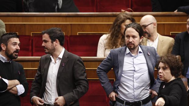 El líder de Podemos, Pablo Iglesias, y su homólogo de Izquierda Unida, Alberto Garzón, hoy en el Congreso
