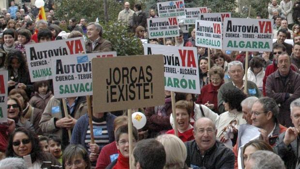 Habitantes de la zona reclamando la A-40 Teruel-Cuenca en una manifestación en el año 2009